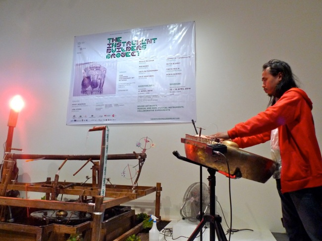 Wukir Suryadi welcomes us with his Ekologi Gong (2014)